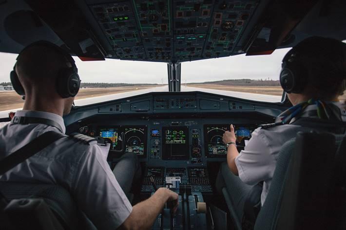 Pilot i kopilot u kokpitu