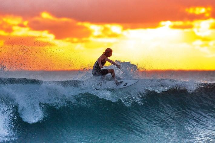 Surfer na moru