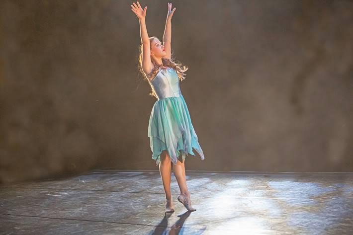 Devojka igra balet - balerina