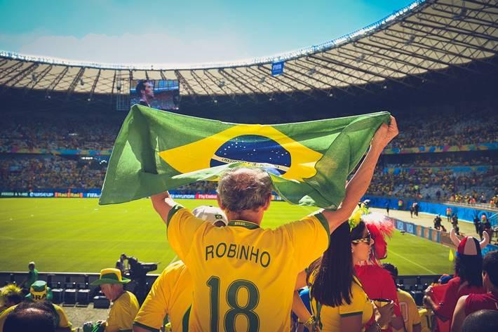Navijač sa zastavom Brazila