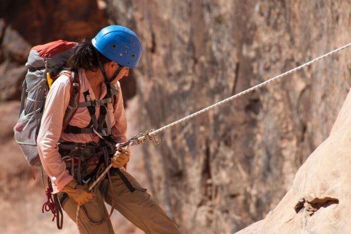 Žena se spušta niz planinu