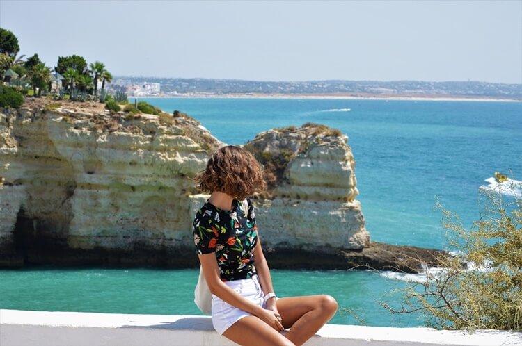 Devojka gleda na more