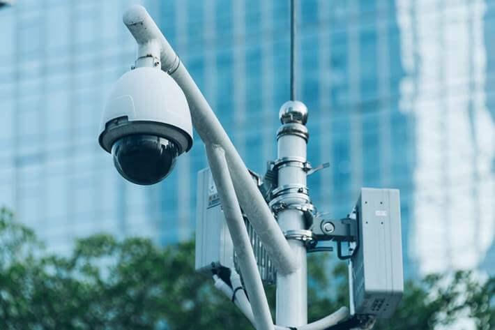 kamera snima ulicu