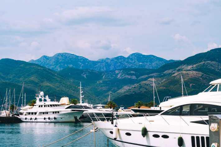jahte na pristaništu u Crnoj Gori