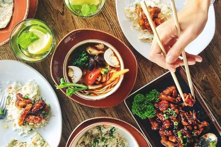 kineska hrana u posudi na stolu, povrće u činiji