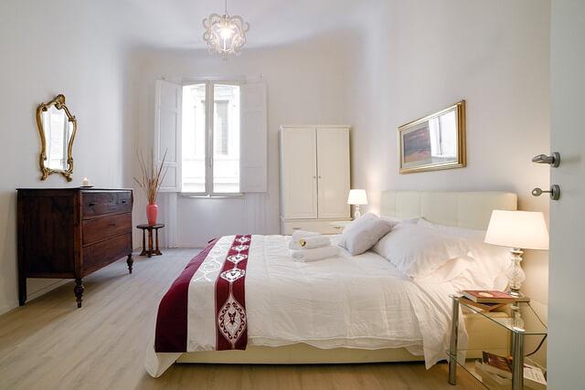 Spavaća soba sa belim motivima