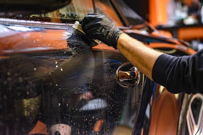 Čovek čisti vrata automobila
