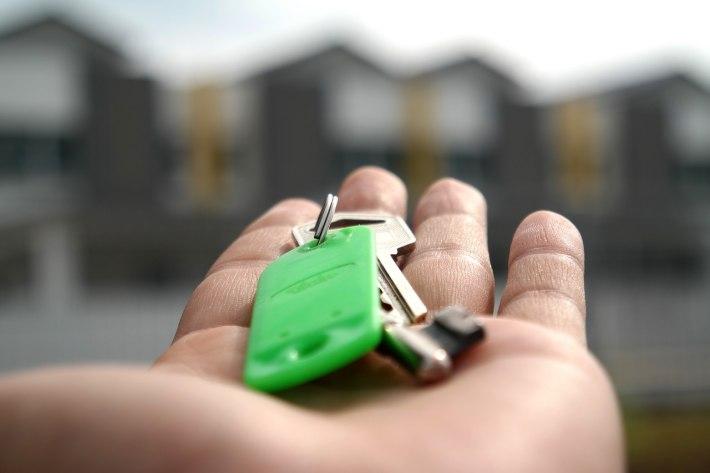 Ključ od kuće na dlanu