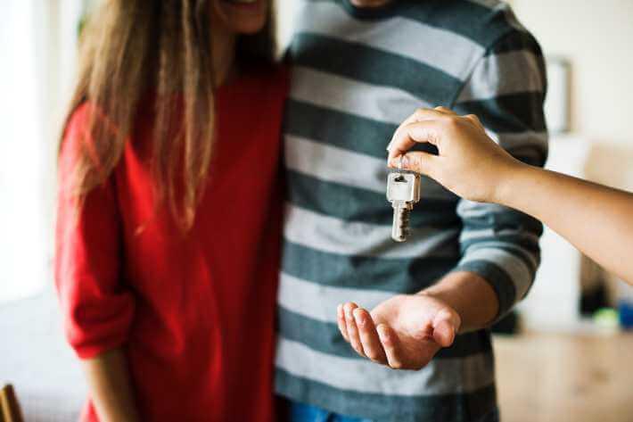 Par kupuje nekretninu
