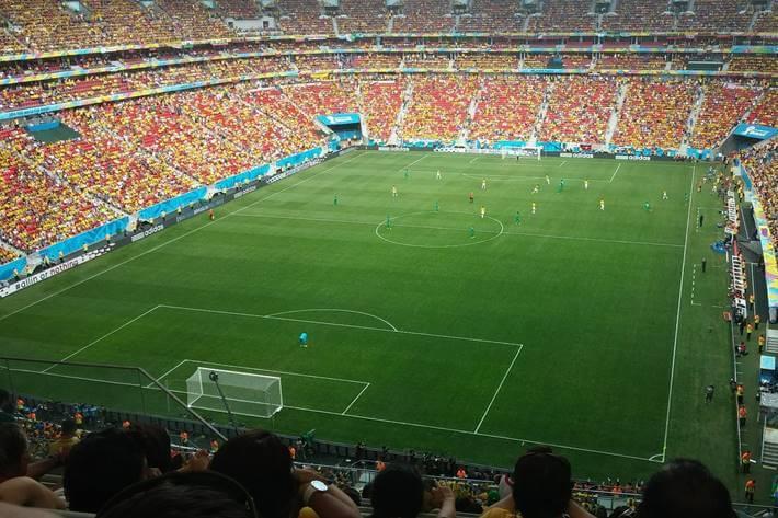Fudbalski teren pun ljudi