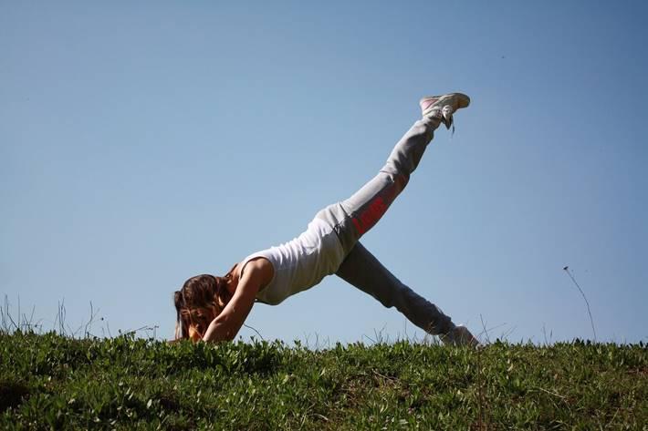 Žena radi jogu u prirodi