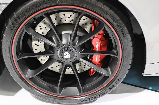 Automobilska guma na crno drvenoj felni na automobilu