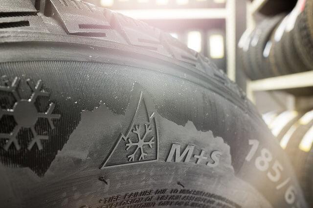 Automobilska guma crne boje M+S