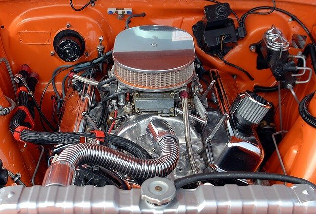 Motor automobila ispod haube