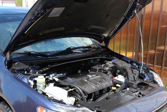 Otvorena hauba ispod automobila