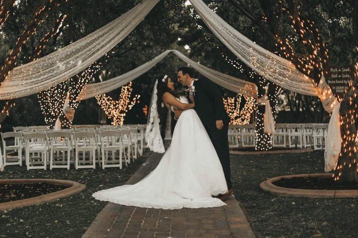 Mlada u venčanici i mladoženja