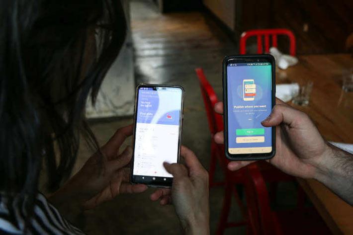 Dva smart telefona u rukama
