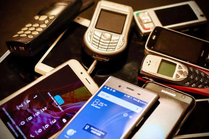Više različitih starih modela mobilnih telefona