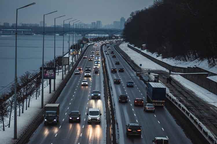 Prikaz autoputa i automobila u vožnji