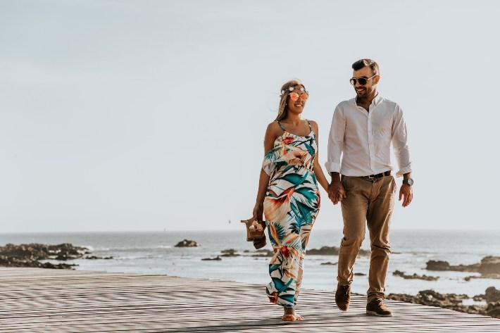 Žena i muškarac šetaju na plaži