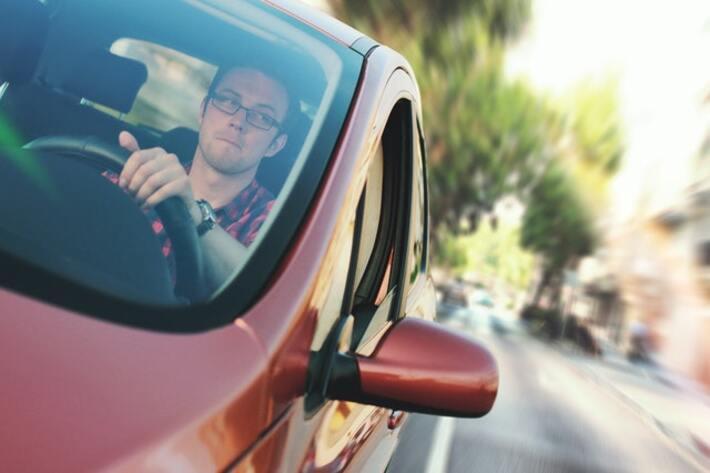 prikaz vozača u crvenom automobilu