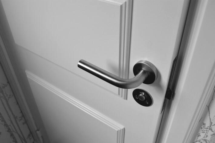 prikaz belih drvenih vrata