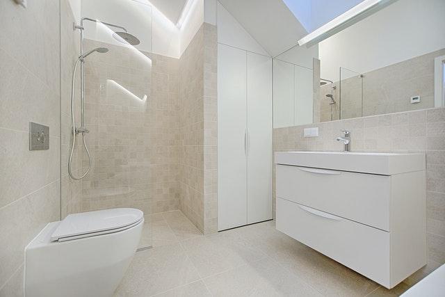 prikaz belog kupatila